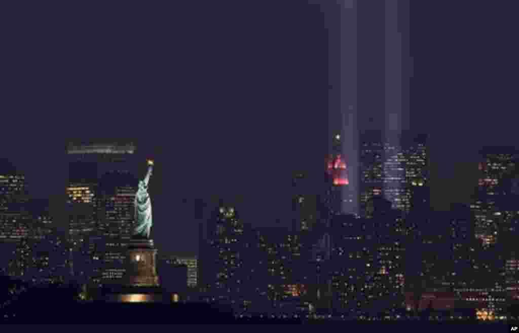 """The """"Tribute in Light"""" marks the September 11 Anniversary in New York taken from Bayonne, N.J. on Tuesday, Sept. 11, 2007. (AP Photo/Tim Larsen)"""