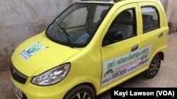 Une voiture hybride au Togo (VOA/Kayi Lawson)
