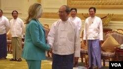 Menlu AS Hillary Clinton dalam pertemuan dengan Presiden Burma Thein Sein (1/12). Clinton mengatakan AS akan memberikan bantuan sekitar 1,2 juta dollar bagi Burma.