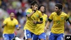El astro brasileño Neymar celebra junto a sus compañeros el tercer gol con que Brasil derrotó a Bielorrusia, por 3-1.