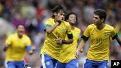 Neymar bersama Oscar (kanan) dan para pemain Brazil merayakan gol ke gawang Belarus dalam pertandingan sepakbola Olimpiade 2012 (29/7).