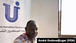 Leubnodji Tah Nathan, responsable d'une organisation des journalistes reporter à N'Djamena, au Tchad, le 19 mai 2020. (VOA/André Kodmadjingar)