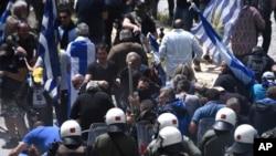 Protivnici sporazuma između Grčke i Makedonije o budućem imenu te države, Severna Makedonija, sukobili su se sa policijom tokom protesta u selu Psarades, na grčkoj strani Prespanskog jezera, u Grčkoj, 17. juna 2018.