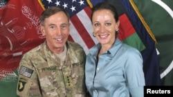 El general David Petraeus con su biógrafaPaula Broadwell, cuando este se desempeñaba en Irak.