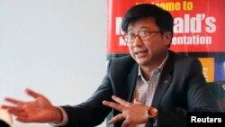 """Ông Nguyễn Bảo Hoàng trong cuộc phỏng vấn tại Việt Nam. 2 năm trước, khi được lựa chọn đại diện cho thương hiệu McDonald's ở Việt Nam, ông Hoàng đã vấp phải chỉ trích của một số người cho rằng ông được """"ưu ái"""" hơn các đối thủ khác vì là con rể của Thủ tướng Việt Nam."""