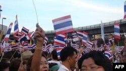 Phe biểu tình không ủng hộ màu áo nào, dù đỏ hay vàng, phần đông họ thuộc giới trung lưu tại thành thị