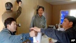 지난 2006년 9월 폴란드 그단스크 조선소의 북한인 용접공들이 쉬는 시간에 차를 마시고 있다.