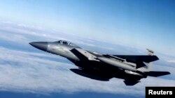Американский самолет F-15 над Литвой