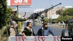 Pasukan keamanan yang setia kepada pemberontak Syiah-Houthi melakukan patroli di Sana'a (foto: dok).