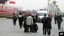 过去北京开大会时天安门前的警察和游客