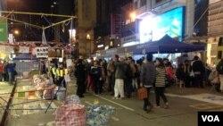 大批市民周五晚前往铜锣湾占领区(美国之音海彦拍摄 )