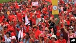 붉은 셔츠를 입고 방콕 외곽에 모인 친정부 시위대