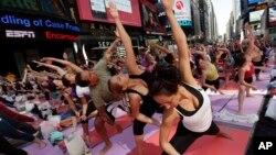 Ribuan warga New York melakukan yoga bersama di Times Square, 21 Juni lalu (foto: dok).