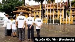 Nhóm nhân sỹ mang Tuyên bố Biển Đông đến Quốc hội đứng trước tòa nhà Bộ Ngoại giao Việt Nam ở Hà Nội hôm 8/8/2019. (Ảnh chụp video đăng trên Facebook Nguye
