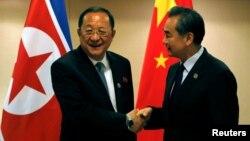 왕이 중국 외교부장(오른쪽)과 리용호 북한 외무상이 지난 6일 아세안지역안보포럼이 열린 필리핀 마닐라에서 양자회담을 가졌다. 왕 부장은 북한에 유엔 결의 이행과 도발 자제를 촉구했다.