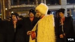 2012年3月4日俄羅斯總統大選投票結束後當晚,普京支持者在莫斯科市中心集會遊行,其中的一名普京支持者來自車臣(穿白衣者)