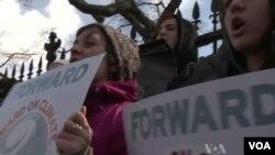 17일 미국 수도 워싱턴의 백악관 앞에서 환경 보호를 촉구하는 집회.
