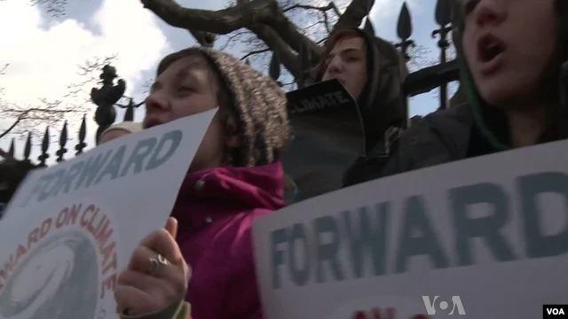 Hàng ngàn người tuần hành trước Tòa Bạch Ốc   kêu gọi thực hiện các biện pháp mạnh chống tình trạng biến đổi khí hậu và tăng nhiệt toàn cầu, ngày 17/2/2013.