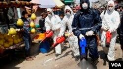 Petugas medis menyemprotkan disinfektan di pasar utama kota Gaza, di tengah pandemi Covid-19 di Jalur Gaza (foto: dok).