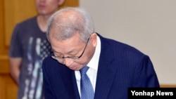 6일 대법원에서 열린 전국법원장회의에 참석한 양승태 대법원장이 '부장판사 뇌물수수 구속'과 관련해 대국민 사과를 하고 있다.