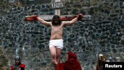 """Pertunjukan """"the Passion of Christ"""" mengenai penyaliban Yesus Kristus pada perayaan Paskah di Ceko. (Reuters/Petr Josek)"""
