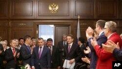Juru bicara parlemen Rusia, Sergei Naryshkin, (kanan) menyambut kedatangan PM Krimea Sergei Aksyonov (tengah) di parlemen Moskow, Rusia (7/3).