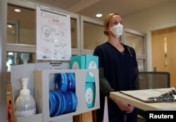 Perawat Letnan Gretta Walter menunggu kedatangan pasien untuk mengikuti tes virus corona di ruang gawat darurat di Rumah Sakit Fort Belvoir, Virginia, 18 Maret 2020. (Foto: Reuters)