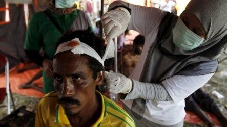 រួបថតឯកសារ៖ ជនទេសន្តរប្រវេសន៍ម្នាក់ដែលបានមកដល់ប្រទេសឥណ្ឌូនេស៊ីដោយទូកកាលពីថ្មីៗនេះ រួមជាមួយនឹងពួកជនបង់ក្លាដែសនិងពួកជនអំបូរ Rohingya បានទទួលការថែទាំសុខភាពនៅក្នុងក្រុង Kuala Langsa ខេត្ត Aceh ប្រទេសឥណ្ឌូនេស៊ី។