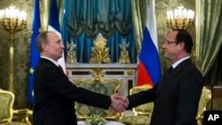 عکس آرشیوی از ولادیمیر پوتین رئیس جمهوری روسیه (چپ) و فرانسوا اولاند رئیس جمهوری فرانسه