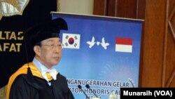 Gubernur Kim Kwan-yong dari Propinsi Gyongsambuk-do Korea Selatan menyampaikan pidato usai menerima gelar Doktor Honoris Causa dari UGM, 1 September 2015 (Foto: VOA/Munarsih)