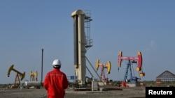 2019年8月7日,中國石油天然氣集團的工人在新疆的一處油田工作。