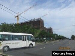 """Hai bên con đường mang tên Võ Nguyên Giáp, ngay trước mặt sân bay Nước Mặn, đang dần trở thành một """"đặc khu Trung Quốc"""""""
