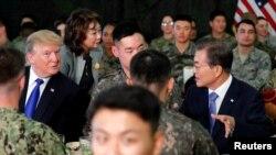 Ông Donald Trump và Tổng thống Hàn Quốc Moon Jae-in trong cuộc gặp ở Hàn Quốc hồi tháng 11 năm ngoái.