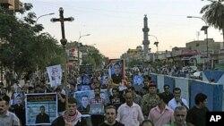 在巴格达为被杀基督徒举行的葬礼上,穆斯林和基督徒一起高呼反恐怖主义口号