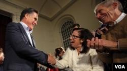 Kandidat yang diunggulkan, mantan Gubernur Mitt Romney, menyalami pendukungnya dalam kampanye di Peterborough, New Hampshire (4/1).