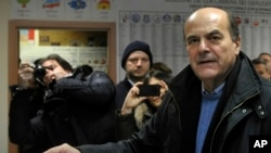 Pemimpin Partai Demokrat Italia, Pier Luigi Bersani, memberikan suara dalam pemilihan parlemen di Piacenza (24/2). (AP/Marco Vasini)