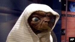 Penggambaran makhluk ekstraterestrial dari film ET, karya Steven Spielberg pada 1982. (Foto: Dok)