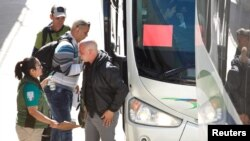 지난 2월 멕시코 국경지역 텍사스 알파소 시에 도착한 쿠바 난민이 이민국 요원과 대화하고 있다. (자료사진)