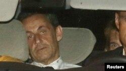 Mantan Presiden Perancis Nicolas Sarkozy tiba dalam mobil polisi di unit investigasi finansial di Paris (1/7).