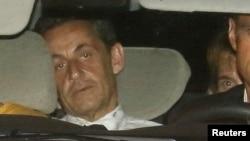 Mantan Presiden Perancis Nicolas Sarkozy tiba di kantor polisi untuk diinterogasi di Paris (1/7).