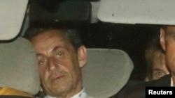 Antigo presidente francês Nicolas Sarkozy chega em carro policial a unidade de investigação financeira para ser apresentado ao juiz (Jullho 2014)