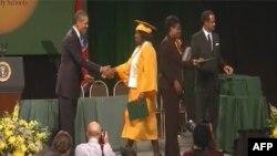 Tổng thống Hoa Kỳ Barack Obama (trái) dự lễ tốt nghiệp học sinh cấp ba trường Booker T. Washington ở thành phố Memphis, tiểu bang Tennessee