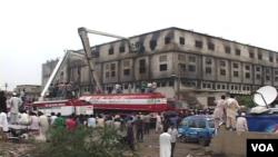 امدادی کارکن عمارت سے لاشوں کو نکالنے میں مصروف ہیں