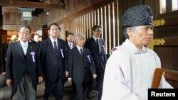 靖國神社人員帶領日本議員參拜該國的戰爭亡靈,其中包括經審判而被定罪的戰犯。(2019年8月15日資料照)