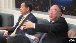 今年3月中国两会召开期间,重庆市长黄奇帆(右)和时任重庆市委书记的薄熙来回答记者提问(美国之音张楠拍摄)