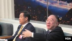 2012年3月中国两会召开期间,重庆市长黄奇帆(右)和时任重庆市委书记的薄熙来回答记者提问(美国之音记者张楠拍摄)