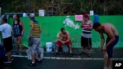 受飓风玛利亚影响的波多黎各灾民排队等待领取饮用水。