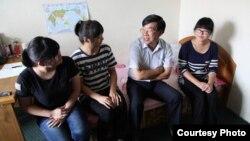 류훙차이 평양주재 중국대사(오른쪽 두번째)가 지난 8일 김형직사범대학을 방문해 중국인 유학생들을 격려했다. 중국대사관 웹사이트에 게재한 사진이다.