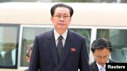 지난해 8월 장성택 북한 국방위원회 부위원장(가운데)이 베이징을 방문해 중국 정부 청사로 들어서고 있다.