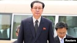 지난해 8월 장성택 북한 국방위원회 부위원장(가운데)이 베이징을 방문했다.